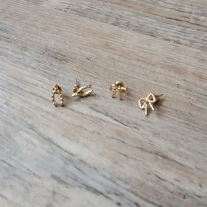 Gold lucky horse shoe & ribbon studs 🤞